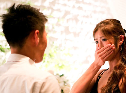 彼からのプロポーズに涙をこらえきれない彼女。