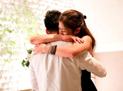嬉しさを抑えきれず彼女は彼の胸に飛び込みます。