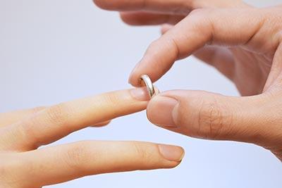 左手に結婚指輪をつけている