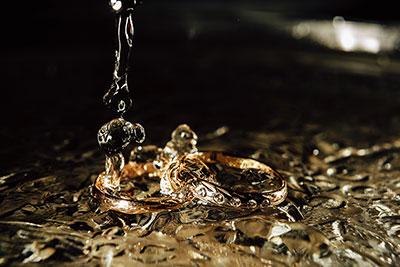 水洗いされている結婚指輪
