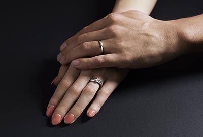 婚約指輪プラウと結婚指輪ノクターナルを左手の薬指に着けるカップル