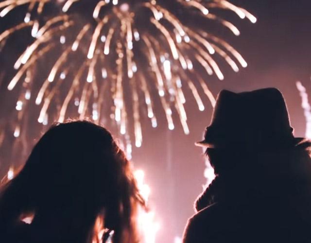 指輪型の花火をプレゼント!沖縄の花火大会で家族に見守られて行われた、クリスマス花火プロポーズ!