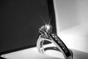 婚約の記念に男性から女性へ贈る「婚約指輪」