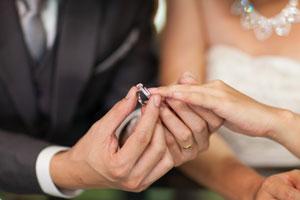 永遠の愛を誓って二人で身につける「結婚指輪」