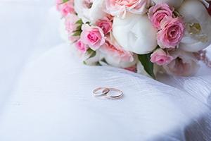 遠方から結婚式に来てくれるゲストに「負担すべき費用」とは