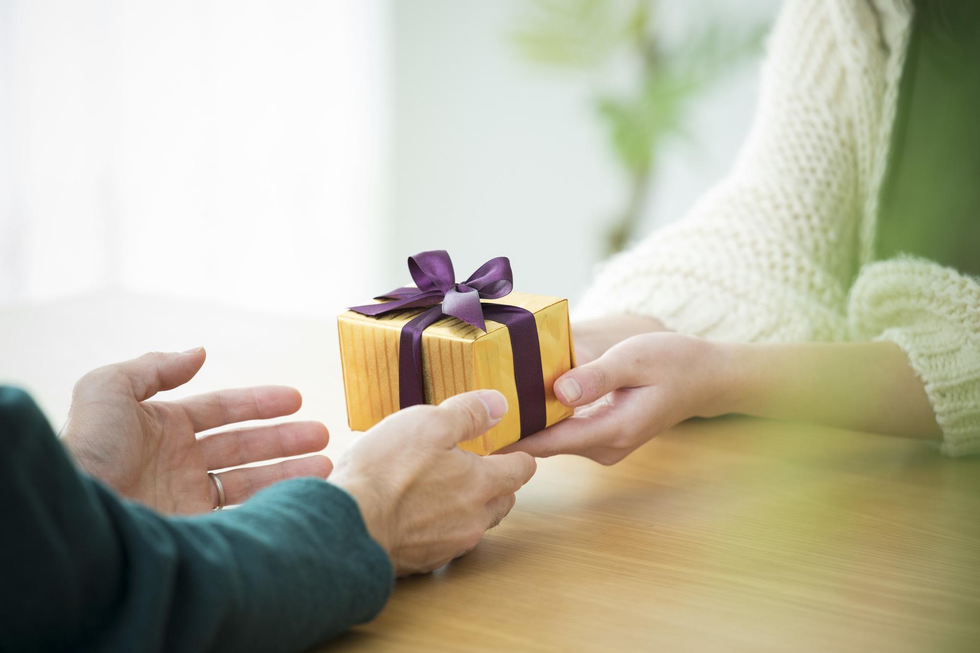 婚約指輪のお返しは何を贈るべき?予算は?渡すタイミングについてまとめました