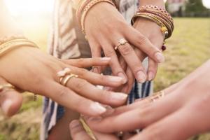 左手薬指?中指?どこが正解?世界の婚約指輪事情