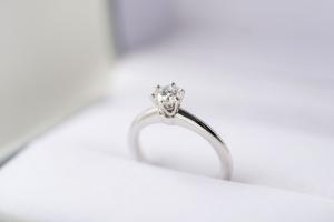 0.2カラットが着けやすい?普段使いしやすい婚約指輪とは