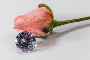 ダイヤモンドに込められた意味とは?心を込めて婚約指輪を贈ろう