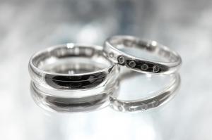 結婚指輪の定番「プラチナ」のリングの特徴は?お手入れの方法までご紹介