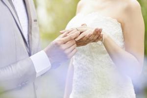 結婚指輪はいつ買う?いつ着ける?購入から着用までのベストタイミングをご紹介!