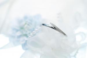 婚約指輪は結婚前だけじゃない!重ね付けできる結婚指輪の選び方