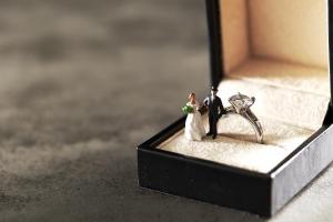 婚約指輪はいつ着ける?普段使いの仕方と結婚後につけるジュエリーマナー