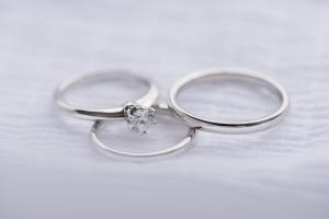 婚約指輪と結婚指輪の違いは?意味や価格を解説
