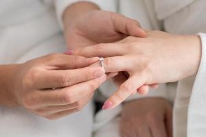 婚約指輪の選び方から購入までを解説