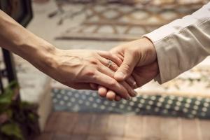 婚約指輪や結婚指輪が適さないシーンって?