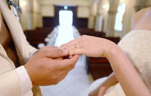 【結婚の記念にふたりで交換する結婚指輪】