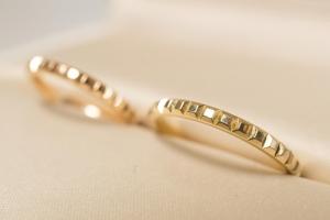 ゴールドの結婚指輪に意外なメリットあり?プラチナと比較した特徴をご紹介