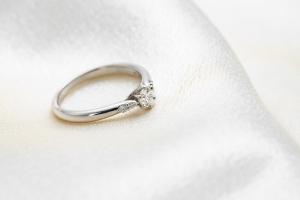 婚約指輪を買うお金がないと嘆くあなたに
